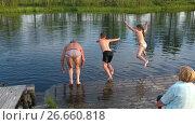 Пожилой мужчина, мальчик и девочка прыгают в воду с мостков, замедленная съемка. Стоковое видео, видеограф Кекяляйнен Андрей / Фотобанк Лори