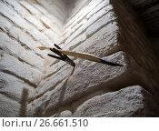 Купить «Старинная лучина в держателе на каменной стене», фото № 26661510, снято 26 мая 2017 г. (c) Вячеслав Палес / Фотобанк Лори