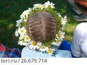 Купить «Венок из ромашек на девчачьей голове», фото № 26679714, снято 1 июля 2017 г. (c) Зобков Георгий / Фотобанк Лори