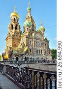 Купить «Велосипед прикован к решетке набережной канала Грибоедова на фоне храма Спас-на-Крови», фото № 26694990, снято 16 июня 2017 г. (c) Максим Мицун / Фотобанк Лори