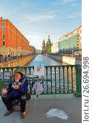 Купить «Обед художника на Итальянском мосту через канал Грибоедова», фото № 26694998, снято 16 июня 2017 г. (c) Максим Мицун / Фотобанк Лори