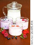 Купить «Натюрморт с домашними ягодными йогуртами на деревянном столе. Натуральные здоровые молочные продукты», фото № 26695414, снято 20 июля 2017 г. (c) Виктория Катьянова / Фотобанк Лори