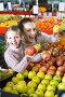 Mother and daughter buying apples, фото № 26695554, снято 25 июля 2017 г. (c) Яков Филимонов / Фотобанк Лори