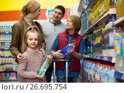 Купить «Family purchasing sparkling water in store», фото № 26695754, снято 17 июня 2019 г. (c) Яков Филимонов / Фотобанк Лори
