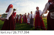 Kazan, Russia, 19 july 2017, Crowd in Russian folk costumes is dancing outdoor. Редакционное видео, видеограф Константин Шишкин / Фотобанк Лори