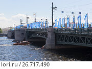 Купить «Дворцовый мост в городе Санкт-Петербурге», фото № 26717490, снято 17 июня 2017 г. (c) Николай Мухорин / Фотобанк Лори