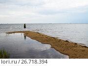 Купить «Одинокая женщина стоит на песчаной косе и всматривается в море», фото № 26718394, снято 30 июля 2017 г. (c) Момотюк Сергей / Фотобанк Лори