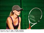Купить «Теннисистка во время игры. Ждет подачу с ракеткой в руке на корте», фото № 26726666, снято 19 июля 2017 г. (c) katalinks / Фотобанк Лори
