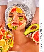 Купить «Facial mask from fresh fruits for woman . Beautician apply slices.», фото № 26728202, снято 19 марта 2017 г. (c) Gennadiy Poznyakov / Фотобанк Лори