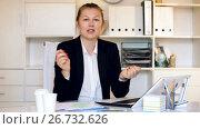 Купить «Portrait of female employee which is working in office.», видеоролик № 26732626, снято 2 июля 2017 г. (c) Яков Филимонов / Фотобанк Лори
