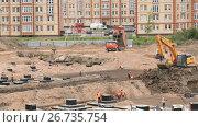 Construction vehicles and builders outdoors. Стоковое видео, видеограф worker / Фотобанк Лори
