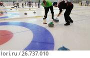 Купить «Team members play in curling during IX international Medexpert Curling Cup», видеоролик № 26737010, снято 5 августа 2017 г. (c) Антон Гвоздиков / Фотобанк Лори