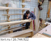Мастер работает на производстве арф в арфовом цехе компании Resonance Harps в Санкт-Петербурге, фото № 26744922, снято 8 августа 2017 г. (c) Stockphoto / Фотобанк Лори