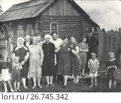 Купить «Большая семья на фоне деревенского дома. 1960», фото № 26745342, снято 22 января 2020 г. (c) Retro / Фотобанк Лори