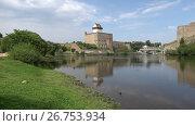 Купить «Вид на замок Германа солнечным августовским днем. Нарва, Эстония», видеоролик № 26753934, снято 11 августа 2017 г. (c) Виктор Карасев / Фотобанк Лори