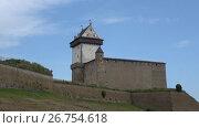 Вид на старинный замок Германа августовским днем. Нарва, Эстония (2017 год). Стоковое видео, видеограф Виктор Карасев / Фотобанк Лори