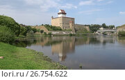 Купить «Вид на замок Германа на берегу реки Нарвы августовским днем. Эстония», видеоролик № 26754622, снято 11 августа 2017 г. (c) Виктор Карасев / Фотобанк Лори