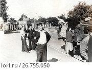 Купить «1950-е годы. Молодые люди  и грузовик», фото № 26755050, снято 23 августа 2019 г. (c) Retro / Фотобанк Лори
