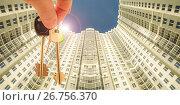 Ключи от квартиры на фоне новых многоэтажного  дома. Стоковое фото, фотограф Сергеев Валерий / Фотобанк Лори