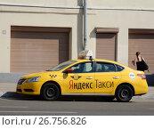 """Купить «Желтый автомобиль """"Яндекс-такси"""". Улица Красная Пресня. Пресненский район. Город Москва», эксклюзивное фото № 26756826, снято 13 августа 2017 г. (c) lana1501 / Фотобанк Лори"""