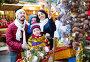 Family purchasing Christmas decoration, фото № 26757110, снято 15 августа 2017 г. (c) Яков Филимонов / Фотобанк Лори