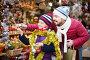 Father with small girl choosing christmas decorations, фото № 26757210, снято 15 августа 2017 г. (c) Яков Филимонов / Фотобанк Лори