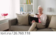 Купить «senior woman with tablet pc and credit card», видеоролик № 26760118, снято 25 июня 2017 г. (c) Syda Productions / Фотобанк Лори