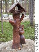 Купить «Деревянная скульптура - кормушка для белок. Парк здоровья и отдыха в городе Полярные Зори», фото № 26769082, снято 27 мая 2017 г. (c) Александр Романов / Фотобанк Лори