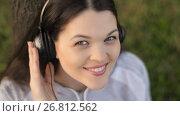 Купить «Woman listening to music on nature», видеоролик № 26812562, снято 19 августа 2017 г. (c) Илья Шаматура / Фотобанк Лори