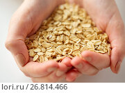 Купить «close up of hands holding oat flakes», фото № 26814466, снято 28 апреля 2015 г. (c) Syda Productions / Фотобанк Лори