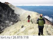 Купить «Девушки гуляют на вершине действующего вулкана Авачинская сопка», фото № 26819118, снято 15 октября 2018 г. (c) А. А. Пирагис / Фотобанк Лори