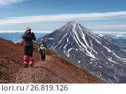 Купить «Девушки идут по туристской тропе на вершине Авачинского вулкана», фото № 26819126, снято 23 января 2019 г. (c) А. А. Пирагис / Фотобанк Лори