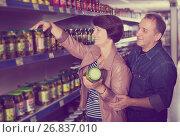 Купить «Couple among the shelves with cucumbers», фото № 26837010, снято 20 июня 2019 г. (c) Яков Филимонов / Фотобанк Лори