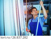 Sellerman is choosing ceiling. Стоковое фото, фотограф Яков Филимонов / Фотобанк Лори