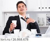 Купить «Relaxed businessman finishing work», фото № 26868678, снято 20 апреля 2017 г. (c) Яков Филимонов / Фотобанк Лори