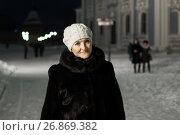 Купить «Женщина среднего возраста на фоне огней ночного города», эксклюзивное фото № 26869382, снято 5 января 2017 г. (c) Игорь Низов / Фотобанк Лори
