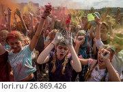 Купить «Посетители музыкального фестивале индийских красок ColorFest бросают друг друга сухой краской на конкурном стадионе в Битце города Москвы, Россия», фото № 26869426, снято 3 сентября 2017 г. (c) Николай Винокуров / Фотобанк Лори