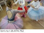 Купить «Маленьких девочек учат правильно делать движения в балетной студии», фото № 26874762, снято 2 сентября 2017 г. (c) Николай Винокуров / Фотобанк Лори