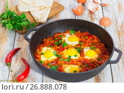 Купить «basic shakshuka in cast iron pan with ingredients», фото № 26888078, снято 11 декабря 2018 г. (c) Oksana Zh / Фотобанк Лори