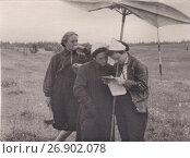 Купить «Студенты-геодезисты в поле на практике, 1950-е годы», эксклюзивное фото № 26902078, снято 18 ноября 2018 г. (c) Илюхина Наталья / Фотобанк Лори
