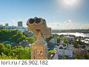 Подзорная труба. Вид на город ранним летним вечером. Нижний Новгород (2017 год). Редакционное фото, фотограф E. O. / Фотобанк Лори