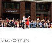 Купить «Москва отмечает 870-й день рождения. Показательные выступления по спортивным бальным танцам. Улица Охотный Ряд», эксклюзивное фото № 26911846, снято 9 сентября 2017 г. (c) lana1501 / Фотобанк Лори