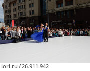 Купить «Москва отмечает 870-й день рождения. Показательные выступления по спортивным бальным танцам. Улица Охотный Ряд», эксклюзивное фото № 26911942, снято 9 сентября 2017 г. (c) lana1501 / Фотобанк Лори