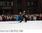 Купить «Москва отмечает 870-й день рождения. Показательные выступления по спортивным бальным танцам. Улица Охотный Ряд», эксклюзивное фото № 26912146, снято 9 сентября 2017 г. (c) lana1501 / Фотобанк Лори
