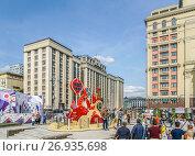 Купить «Гуляющие на Охотном Ряду  во время праздника День города», эксклюзивное фото № 26935698, снято 10 сентября 2017 г. (c) Виктор Тараканов / Фотобанк Лори