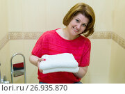 Купить «women keep clean white towels in bathroom», фото № 26935870, снято 5 июня 2017 г. (c) Володина Ольга / Фотобанк Лори