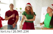 team dancing at christmas corporate office party. Стоковое видео, видеограф Syda Productions / Фотобанк Лори