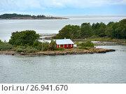 Купить «Жизнь на маленьких островах. Красный деревянный дом. Аландские острова, Финляндия», фото № 26941670, снято 2 сентября 2017 г. (c) Валерия Попова / Фотобанк Лори
