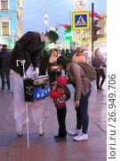 Купить «Уличный актер на ходулях «Театра имени Которого Нельзя Называть» развлекает туристов на вечернем Невском проспекте в Санкт-Петербурге», фото № 26949706, снято 5 мая 2017 г. (c) Григорий Писоцкий / Фотобанк Лори