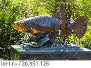 Купить «Памятник рыбке гамбузии. Адлер», эксклюзивное фото № 26951126, снято 13 сентября 2017 г. (c) Александр Щепин / Фотобанк Лори